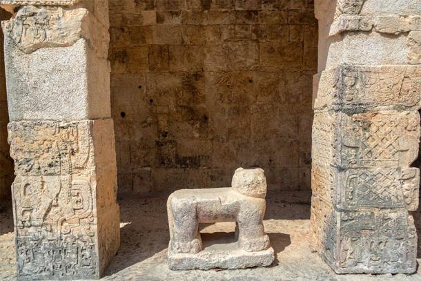 Glifos erosionados cubren las superficies del Templo del Jaguar en Chichén Itzá. (jkraft5 / Adobe Stock)