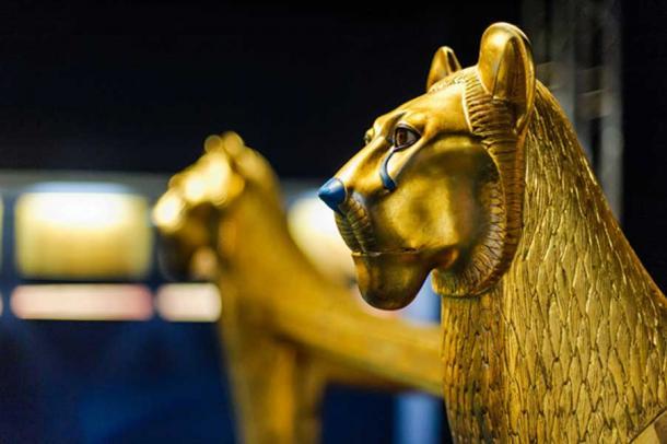 Escultura del león dorado egipcio (Dieter Hawlan / Adobe Stock)