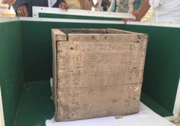 Esta caja de madera fue descubierta dentro de la cámara funeraria de una pirámide de 3.800 años de antigüedad y está inscrita con jeroglíficos que mencionan el nombre de la hija del faraón Ameny Qemau. La caja contenía los restos de frascos que contenían los órganos internos de una momia. (Ministerio egipcio de antigüedades)