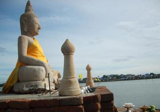 La estatua de Buda en el lago Phayao