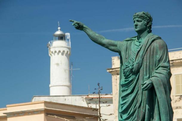 Estatua del emperador romano Nerón en Anzio, Italia. Nerón reinó durante 13 años y ocho meses.