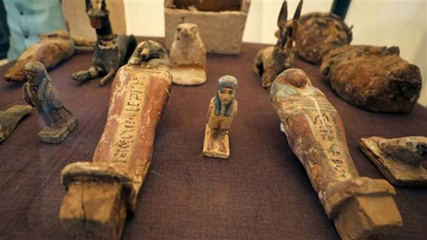 Estatuas en exhibición frente a la tumba de un antiguo soldado egipcio recién descubierto en Luxor, Egipto. (Ahram Online)
