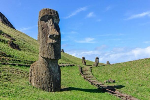 Estatuas Moai en Rano Raraku, Isla de Pascua. (kovgabor79/ Adobe Stock)