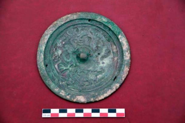 Este antiguo espejo también se encontró en el descubrimiento. (Artur Kharinsky / Los tiempos siberianos)