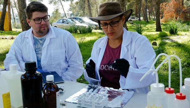 Hallazgos basados en la evidencia: la Dra. Sophia Aharonovich realiza una prueba de muestra de suelo en el sitio de campo de Ziklag junto con el estudiante Edward Clancy. (Universidad de Macquarie)