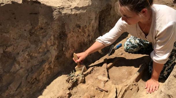Excavación de la tumba del guerrero donde se encontró la espada. (Mamai Gora / Facebook)