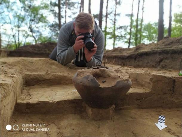 La excavación descubrió una urna que contenía huesos quemados y dientes de leche de un niño que tenía entre 8 y 9 años. (Asociación Histórica y Cultural de Tempelburg y Museo de la Fortaleza de Kostrzyn)