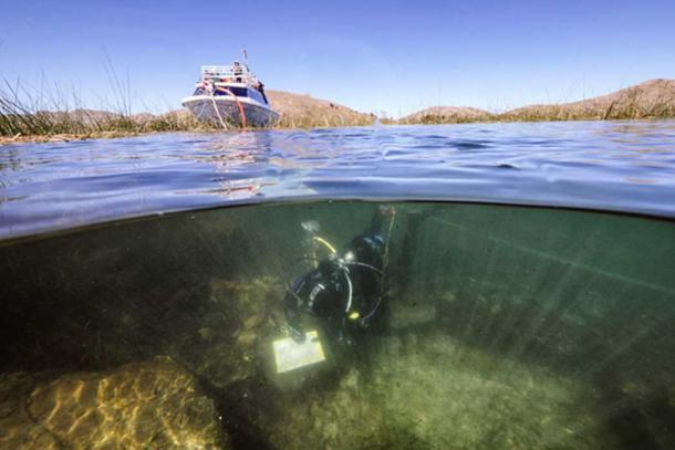 Excavaciones arqueológicas submarinas sistemáticas desde un lugar ceremonial submarino cerca de la Isla del Sol en el Lago Titicaca, Bolivia. (Teddy Seguin)