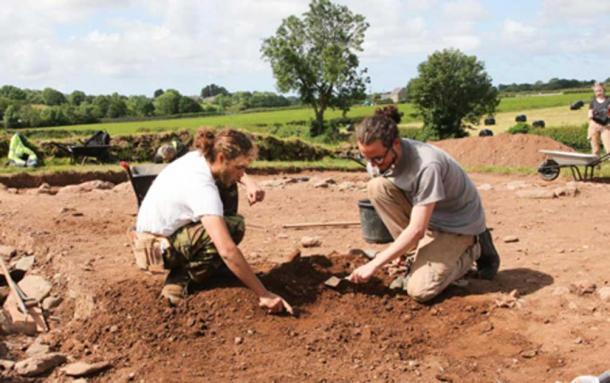 Excavaciones en curso en el túmulo junto a Bryn Celli Ddu, los investigadores Danny Lee y Cameron Black. Crédito: Kerry Roberts