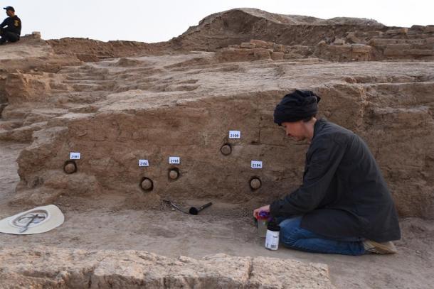 Excavando conos. Los conos, encontrados en el templo del dios de la guerra, están inscritos con hechizos mágicos. (Museo Británico)