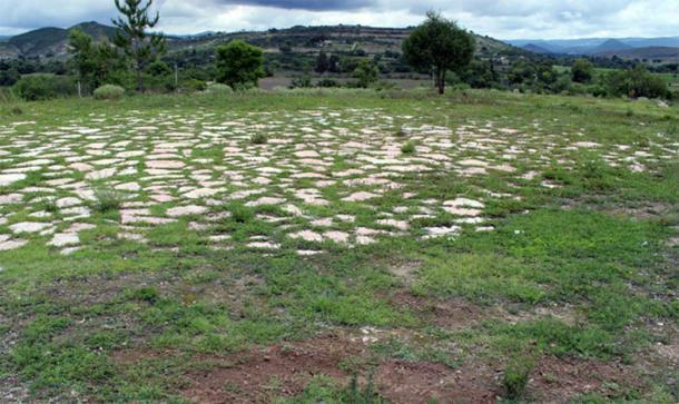 Las excavaciones en Etlatongo en el sur de México sondearon debajo de los restos de la superficie de la era de una hacienda española (se muestra) para revelar dos canchas de pelota antiguas, construidas una encima de la otra. (Proyecto formativo Etlatongo)