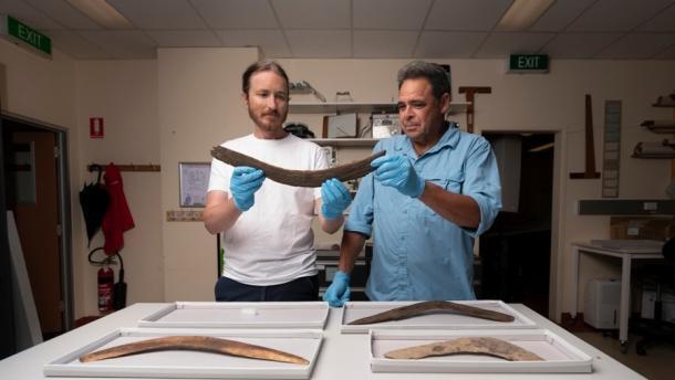Los expertos Duncan Wright (izquierda) y Dave Johnson (derecha) de la ANU analizan los hallazgos recientes de boomerang, incluido el boomerang Boon Wurrung. Fuente: Jamie Kidston / Universidad Nacional de Australia