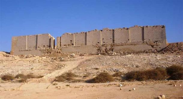 Fachada norte de las ruinas del templo de Osiris en Taposiris Magna, al oeste de Alejandría, frente al mar. (Koantao / CC BY-SA 3.0 )