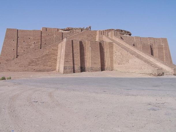 Fachada parcialmente reconstruida y la escalera de acceso del zigurat. Los restos reales de la estructura neobabilónica se pueden ver en la parte superior. (Hardnfast / CC BY 3.0)