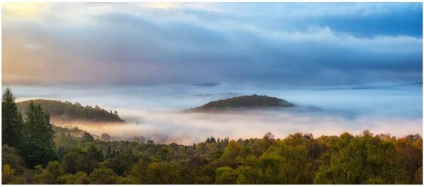 Justo en las afueras de Aberfoyle hay una extraña colina cónica conocida como Fairy Knowe. Según las leyendas, el alma del Reverendo Kirk se encuentra aún cautiva en el palacio de la Reina de las Hadas, justo debajo del Knowe