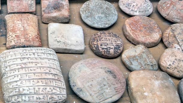 Artefactos falsos (tabletas cuneiformes) sin envolver para evaluación. (Fideicomisarios del Museo Británico)