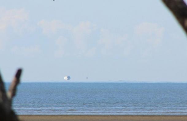 Un Fata Morgana frente a la costa este de Australia hace que parezca que un barco está flotando sobre el horizonte, el 26 de agosto de 2012. (Timpaananen / Wikimedia Commons)