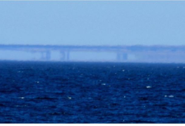 Una Fata Morgana a lo largo de la costa de Santa Cruz, California, vista desde Moss Landing el 7 de mayo de 2007. (Brocken Inaglory / Wikimedia Commons)