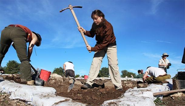 En el campo: la estudiante de arqueología Eva Rummery dice que la experiencia práctica la ha ayudado a seguir estudios de posgrado en Macquarie. (Universidad de Macquarie)