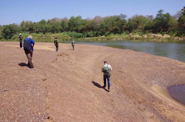 Caminata en equipo a lo largo del río Gambia, Senegal. (Eleanor Scerri / Instituto Max-Plank)