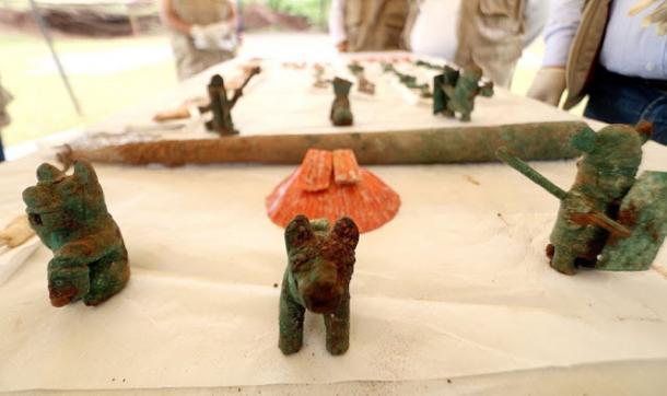 Figuras zoomorfas, pumas y guerreras con un caparazón de espondilo delante de la barra. (DDC Cusco)