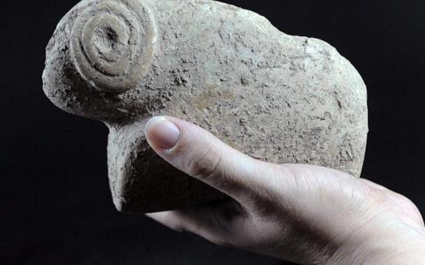 Figura de un carnero encontrado en el sitio de excavación del templo de la Edad de Hierro Tel Motza. (Yael Yolovitch / Autoridad de Antiguedadesde Israel)