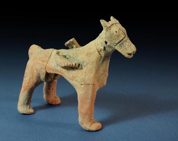 Figura de un caballo encontrado en el templo de la Edad de Hierro Tel Motza en el sitio de excavación. (Clara Amit / Autoridad de AntiguedadesdeIsrael)