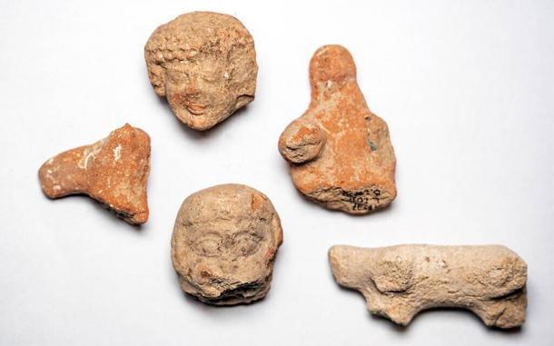 Figurillas de arcilla de mujeres y animales encontradas en el sitio de excavación de Arnona, Jerusalén. (Yaniv Berman / Autoridad de Antigüedades de Israel)