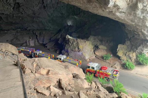 Los camiones de bomberos se alinean dentro de la entrada a las cuevas de Jenolan. Crédito: Página de Facebook de Jenolan Caves RFS