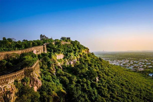 El fuerte de Chittorgarh es ahora un sitio del patrimonio mundial de la UNESCO y es uno de los fuertes de las colinas de Rahasthan. (anjali04 / Adobe Stock)