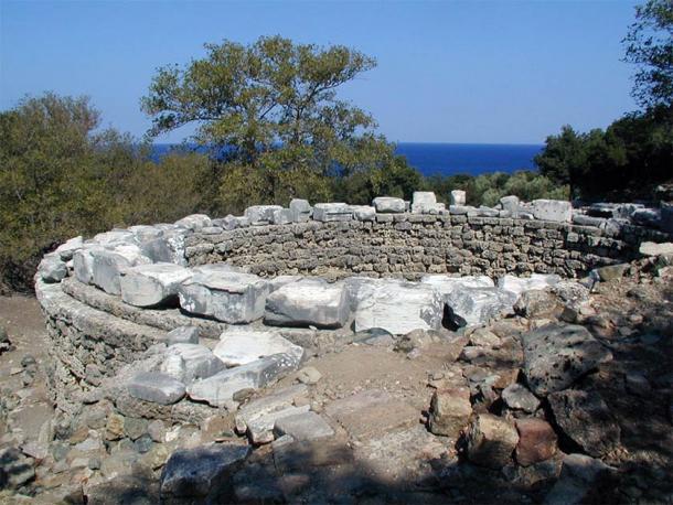 Fundación de la Rotonda Arsinoé y fragmento de la advocación (Marsyas / CC BY-SA 3.0)