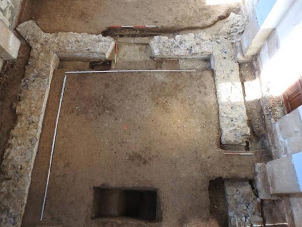 Cimientos de la iglesia renacentista debajo del piso de la iglesia Obišovce, donde se encontró el tesoro de monedas. (KPÚ Košice)