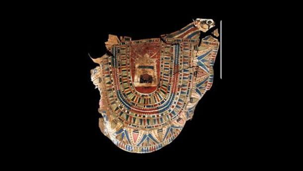 Fragmento de cartonaje pintado encontrado dentro de la tumba. Crédito: Ministerio de Antigüedades.