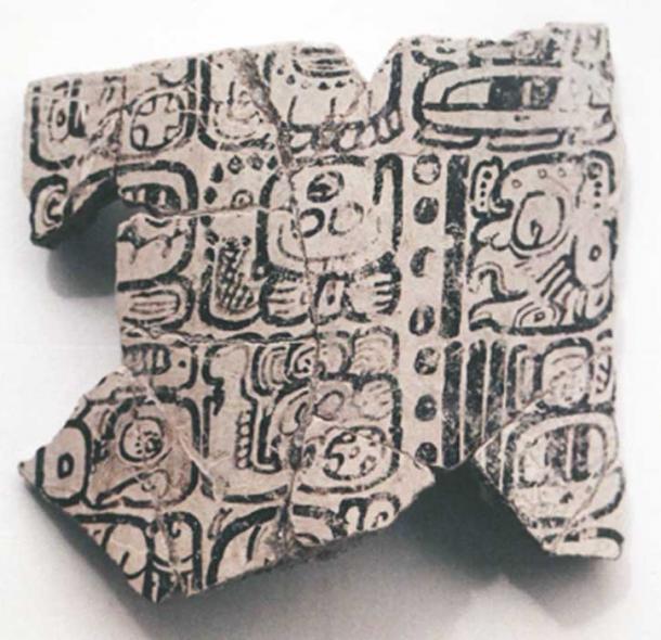 Fragmentos del Jarrón Komkom que muestran la fecha del calendario de Cuenta Larga 812 A.D. Crédito: Baylor University