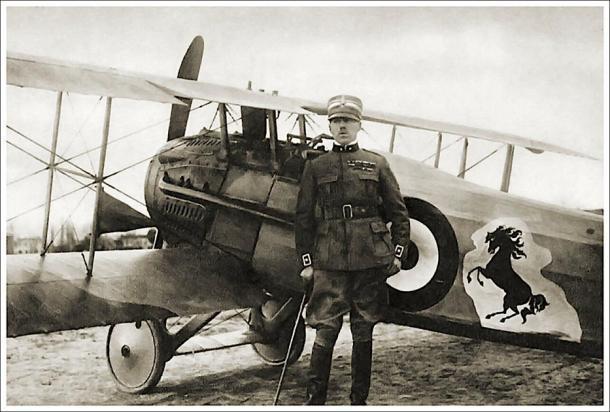 Francesco Baracca con su avión de combate SPAD con el logotipo del caballo encabritado que más tarde se convirtió en el emblema de Ferrari. (Tom Wigley / CC BY-NC-SA 2.0)