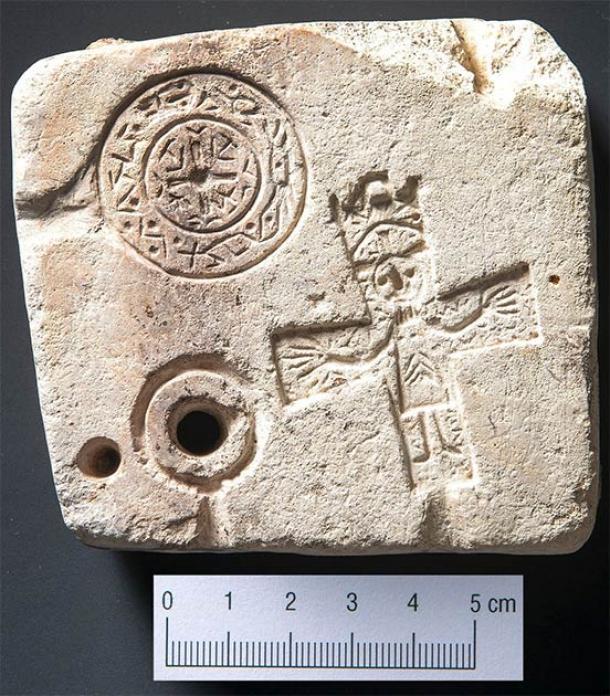 Anverso del molde de doble cara encontrado recientemente en Suiza que muestra el crucifijo y el medallón cruzado (Servicio Arqueológico de los Grisones)