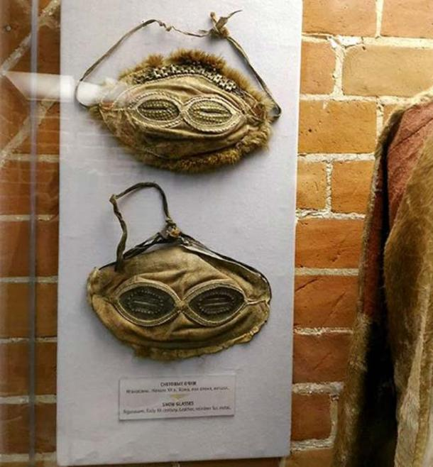Gafas de nieve encontradas en entierros alrededor de Siberia; algunos de ellos estaban hechos de pelo de caballo, los otros de corteza de abedul. Fotos: YakutCostume, Los tiempos de Siberia