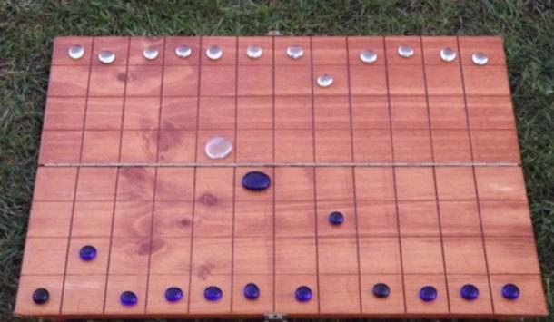Recreación del tablero de juego que se desenterró en la posible tumba de un druida (liberatedway.wordpress.com)