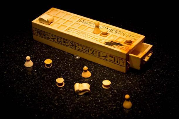 Una caja de juego y piezas para jugar el juego de Senet encontradas dentro de la tumba KV62 intacta del Rey Tutankamón. (CC BY-SA 2.0 )