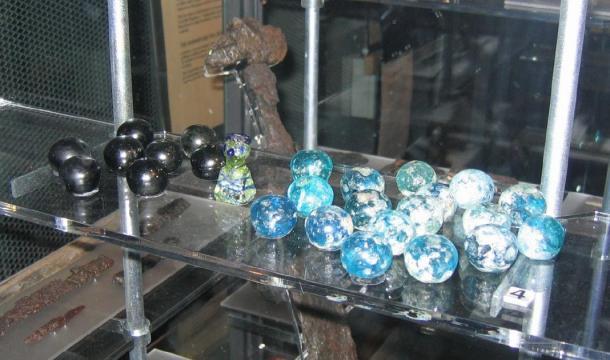 """Piezas del juego, del juego de mesa """"hnefatafl"""", similar al artefacto de vidrio descubierto en Lindisfarne. (Berig / CC BY-SA 4.0)"""