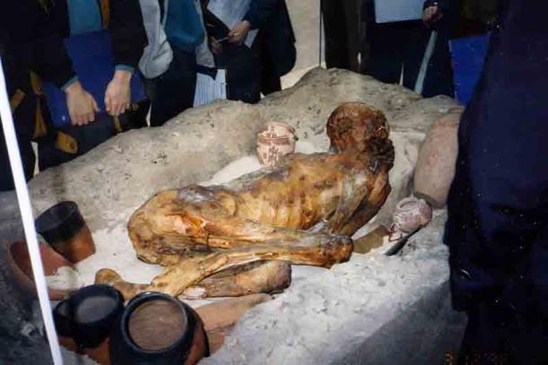 Las momias predinásticas de Gebelein se conservaron mediante un proceso de momificación natural gracias a las condiciones del desierto. Proporcionan una ventana para comprender el desarrollo de la momificación a través del tiempo. La imagen muestra la tumba de arena reconstruida de uno de los hombres en el Museo Británico. (InSapphoWeTrust / CC BY-SA 2.0)