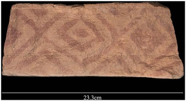Patrón geométrico pintado encontrado en un bloque que formaba parte de la plataforma de un mustatilo. (Groucutt et al. / El Holoceno)