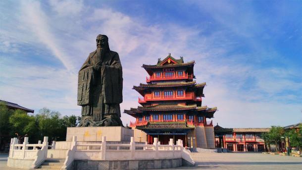 La estatua gigante de Confucio y el pabellón en una de las antiguas capitales de China: Kaifeng. (Stock QIAO/ Adobe)