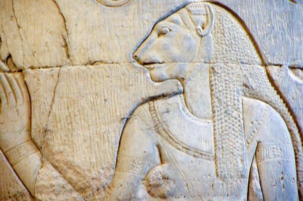 Un tallado representando la diosa Skhmet en una columna en el Templo de Kom Ombo en Kom Ombo - Egipto.