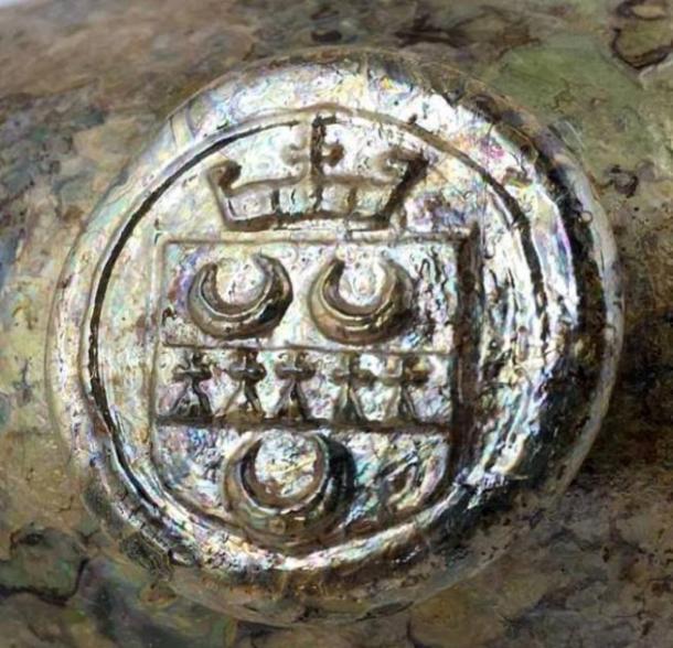Las botellas con incrustaciones de oro llevan el sello del conde de Coventry que vivía en Croome Estate, que está a menos de una milla del sitio de construcción. (©BBR Auctions)