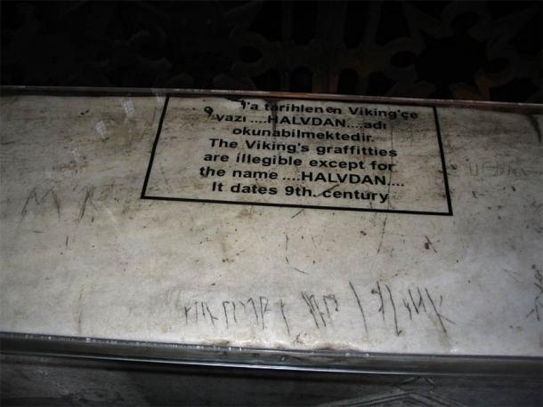 Graffiti presuntamente inscrito por mercenarios vikingos en el segundo piso de Hagia Sofía en Estambul, Turquía. (No hogar / dominio público)