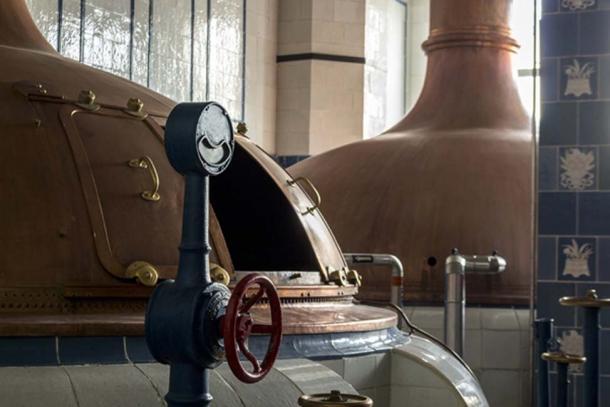 Grandes cubas de fermentación utilizadas en la forma tradicional de hacer cerveza. (Malajscy / Adobe)