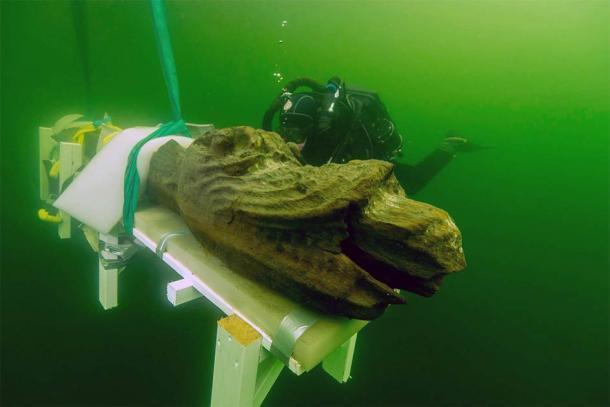 El naufragio de Gribshunden llamó la atención de los medios cuando los arqueólogos rescataron un mascarón de proa de madera fabulosamente bien conservado de un monstruo parecido a un dragón de la popa y lo llevaron a la superficie. (Museo Blekinge)