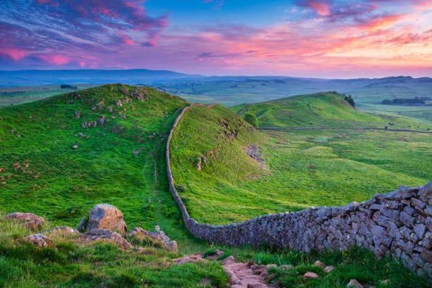 """El Muro de Adriano, cuya construcción había comenzado en 122, marcaba el límite entre la Bretaña romana al sur del muro y la """"bárbara"""" Caledonia al norte. (drhfoto / Adobe Stock)"""