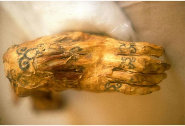 La mano tatuada de la Dama de Cao (Ethnicjewelsmagazine)